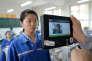 Une enseignante utilise la reconnaissance faciale pour identifier une élève avant un examen, à Handan, en Chine, en 2017.