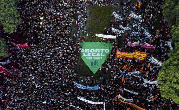 500 000 femmes étaient rassembléesdevant le Congrès argentin le 8 mars à Buenos Aires pour réclamer le droit à l'avortement et protester contre les politiques d'austérité du président de centre droit Mauricio Macri.