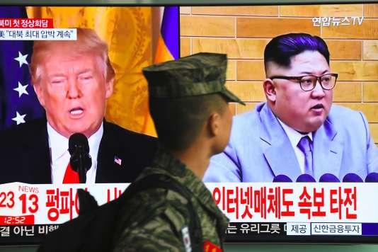 Les présidents américain, Donald Trump, et nord-coréen, Kim Jong-un, sur un écran d'une gare de Séoul, le 9 mars.
