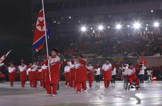 Kim Jong-hyon, porte-drapeau de la Corée du Nord lors de la cérémonie d'ouverture des Jeux paralympiques.