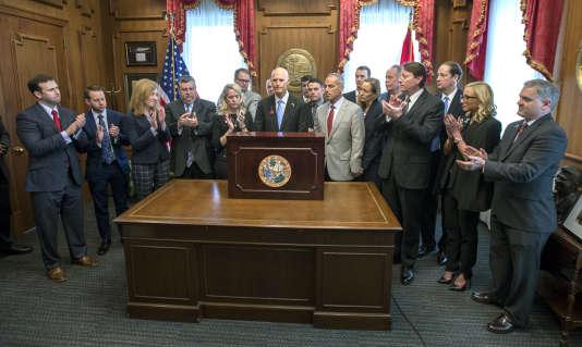 Le gouverneur républicain de Floride Rick Scott signe une loi restreingnant la vente d'armes, le 9 mars.