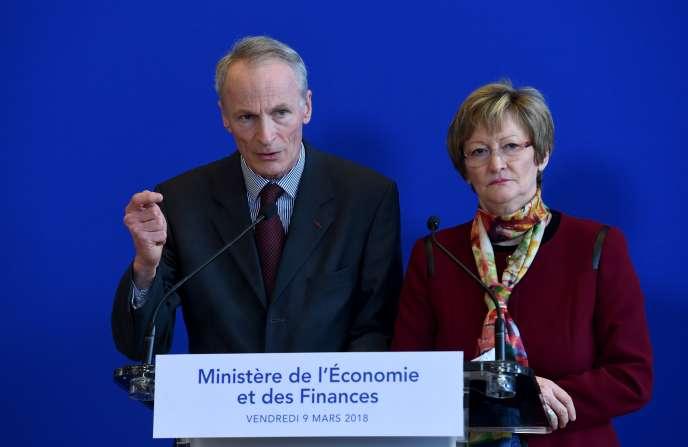 La présidente de Vigeo-Eiris Nicole Notat et le patron de Michelin Jean-Dominique Senard présentent leur rapport sur l'entreprise et l'intérêt général au ministère de l'économie à Paris, le 9 mars.