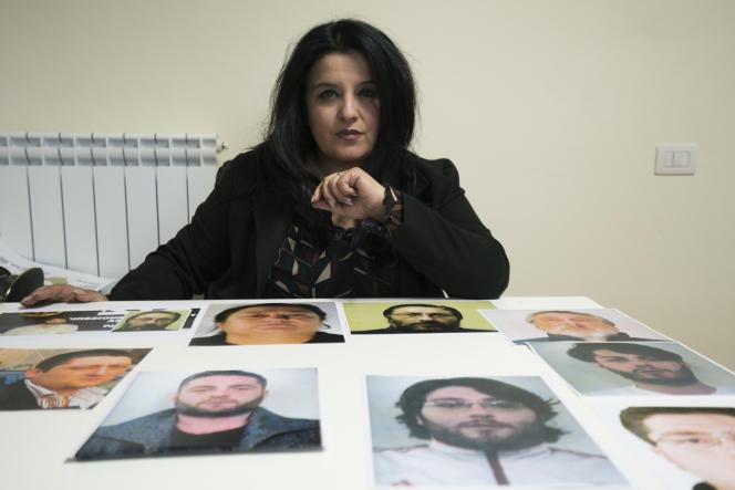La journaliste Marilena Natale devant son « puzzle criminel», les portraits des membres de la famille Schiavone, puissant clan de la Camorra.