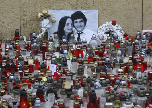 Des bougies sont déposées devant la photo du journaliste Jan Kuciak et de sa compagne Martina Kusnirova, au cours d'une manifestation à Bratislava le 9 mars.
