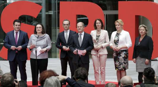 Andrea Nahles, présidente du groupe social-démocrate au Bundestag (deuxième à partir de la gauche), présente les six ministres SPD du nouveau gouvernement, vendredi9mars, à Berlin : Hubertus Heil (travail), Heiko Maas (affaires étrangères), Olaf Scholz (finances), Katarina Barley (justice), Franziska Giffey (famille) et Svenja Schulze (environnement).
