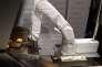 Flippy, un robot installé dans un restaurant de la chaîne californienne CaliBurger, surveille la cuisson des steaks hachés.