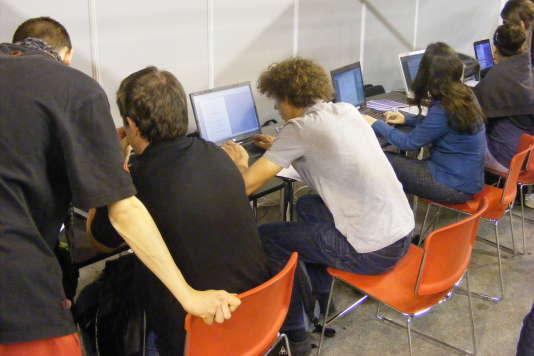Des candidats à l'enseignement supérieur préparent leurs demandes sur Parcoursup.