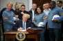 Donald Trump signe les documents instaurant des taxes sur l'acier et l'aluminium, à la Maison Blanche, le 8mars.