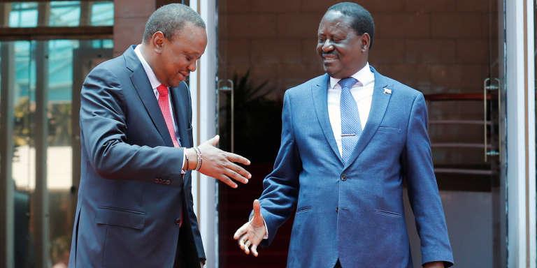 Le président du Kenya, Uhuru Kenyatta (à gauche), saluant le leader de l'opposition, Raila Odinga, lors d'une conférence de presse, le 9mars à Nairobi.