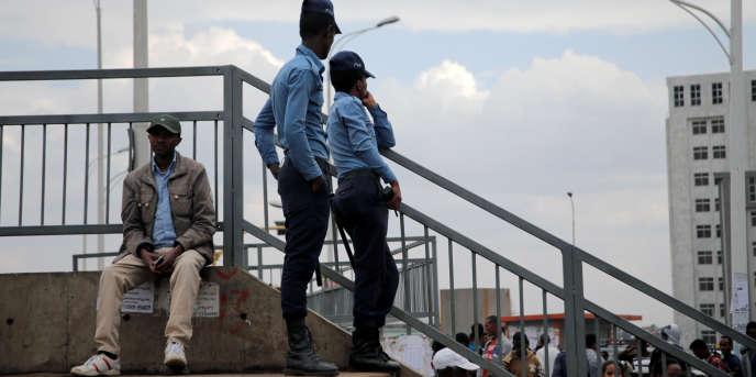 Des policiers éthiopiens patrouillent à Addis-Abeba, le 21février 2018.