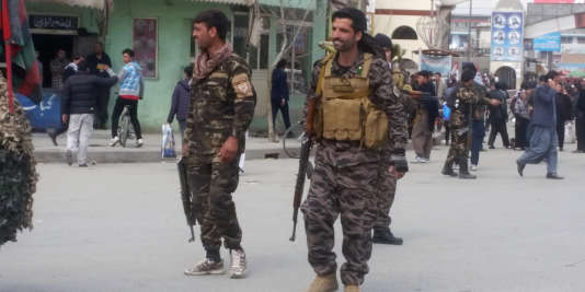 Des membres des forces de sécurtié à proximité du lieu de l'attentat, à Kaboul, le 9mars.