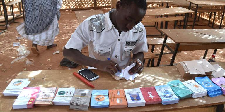 Dans un bureau de vote à Niamey lors des élections présidentielles et législatives au Niger, le 21février 2016.