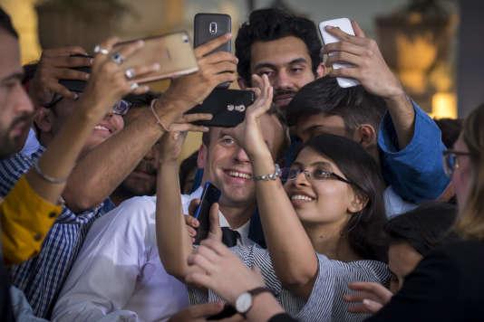 Emmanuel Macron rencontre des jeunes indiens à Bikaner House à New Delhi, Inde, samedi 10 mars.