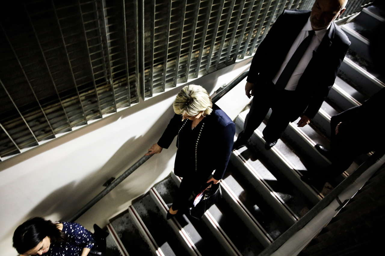 Départ de la présidente du FN, Marine Le Pen, à la fin de la première journée du XVIe congrès de son parti, à Lille, le 10 mars.