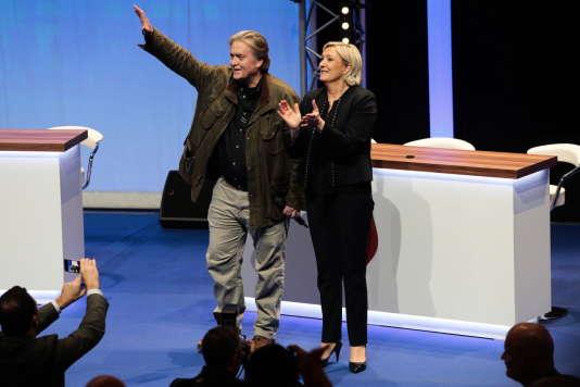 L'ancien conseiller du président Trump Steve Bannon et la présidente du Front national, Marine Le Pen, devant les militants du FN, le 10 mars à Lille.