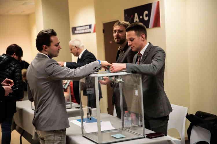 Les militants votent pour les nouveaux status du FN, au premier jourdu XVIeme congres du Front National, à Lille, le 10 mars.