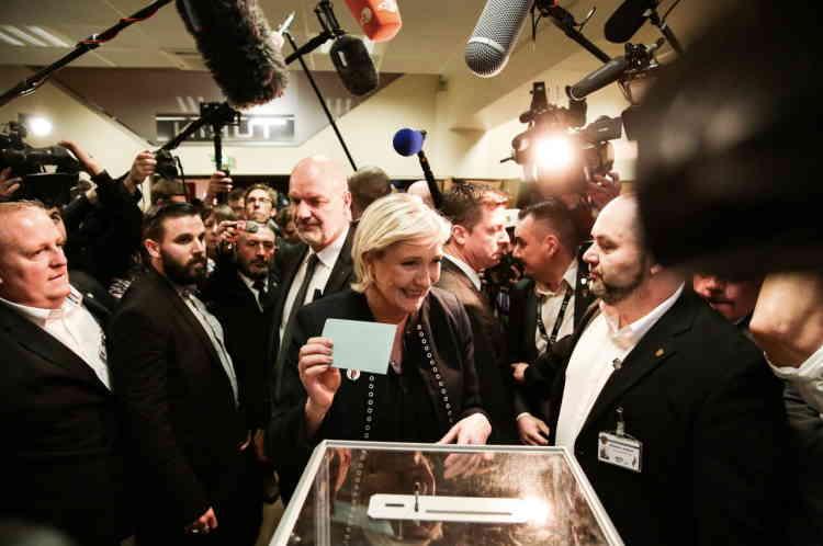 Vote de Marine Le Penpour les nouveaux statuts du FN.