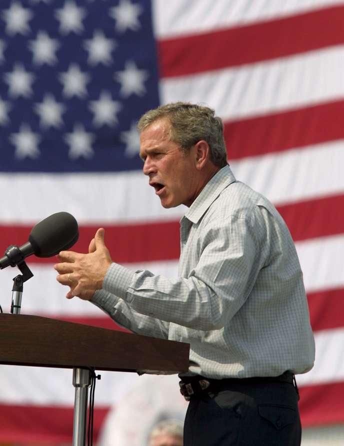 Le président des Etats-Unis, George W. Buh, s'adresse à des sidérurgistes à Pittsburgh (Pennsylvanie), en août 2001.