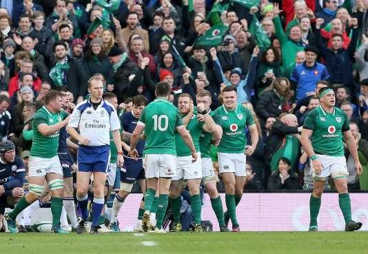L'Irlandais Sean Cronin célèbre son essai contre l'Ecosse, le 10 mars à Dublin.