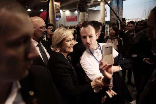 Un militant fait un selfie avec Marine Le Pen, le 10 mars, au congrès du FN.
