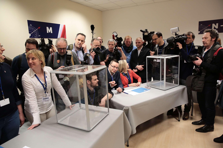 Des journalistes attendent l'arrivé de Marine Le Pen pour un vote avant le congrès du FN, le 10 mars.