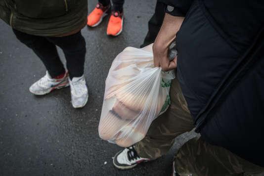 Lors d'une distribution de repas assurée par La Vie active, derrière l'hôpital de Calais,le 9 mars.