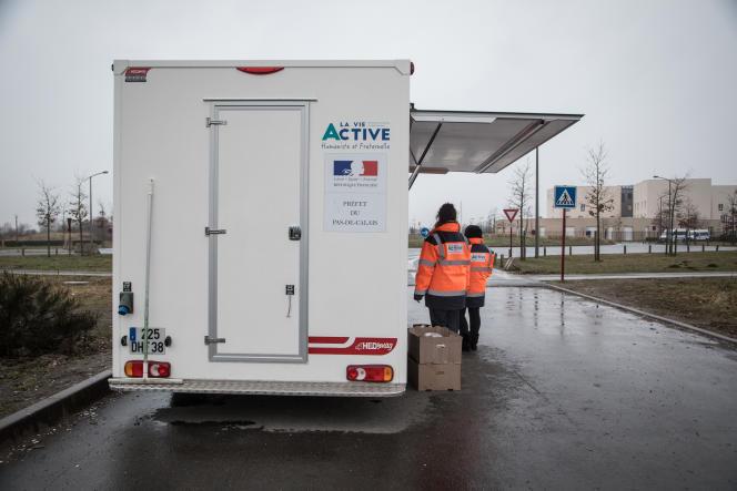 Distribution de repas par l'association La Vie active, à Calais, le 9 mars.