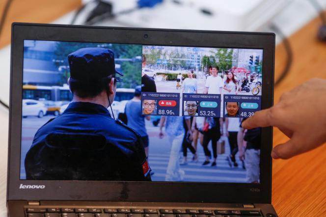 (Démonstration de la compagnie LLVision pour son matériel de reconnaissance faciale, à Pékin, le 28 février).