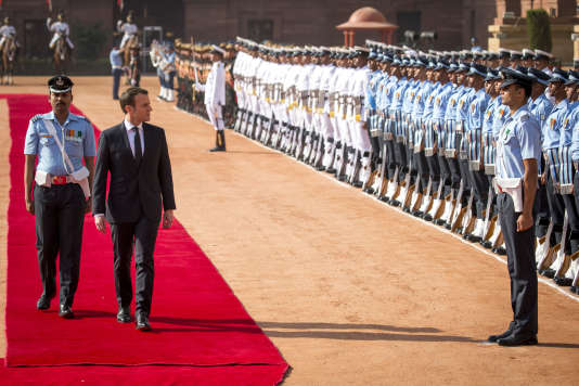 Emmanuel Macron accueilli lors d'une cérémonie protocolaire au palais Rashtrapati Bhavan à New Delhi (Inde) le 10 mars.