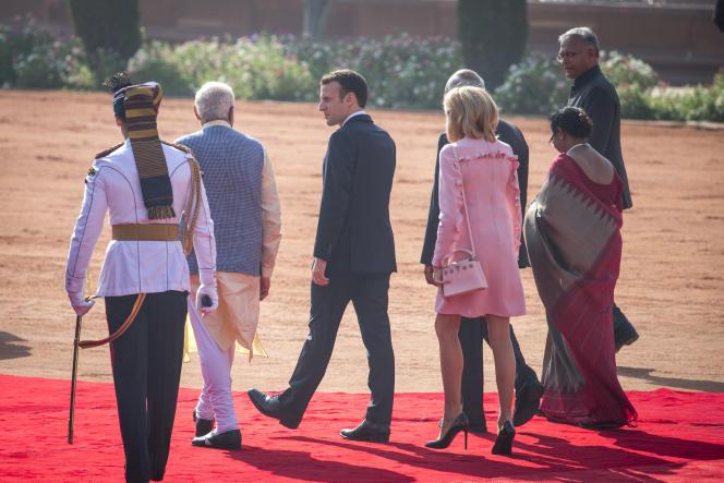 Emmanuel Macron et son épouse Brigitte accueillis par le Premier ministre indien Narendra Modi, au palais Rashtrapati Bhavan à New Delhi, le 10 mars.