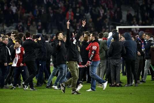 Des supporteurs lillois sur le terrain du stade Pierre-Mauroy, le 10 mars 2018.