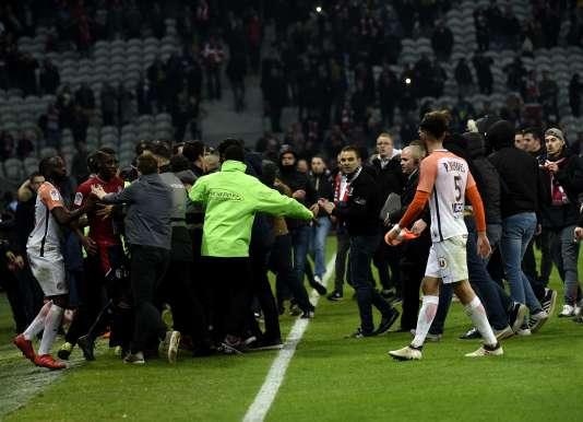 Des supporteurs lillois sur la pelouse du stade Pierre-Mauroy, après la rencontre Lille-Montpellier, le 10 mars.
