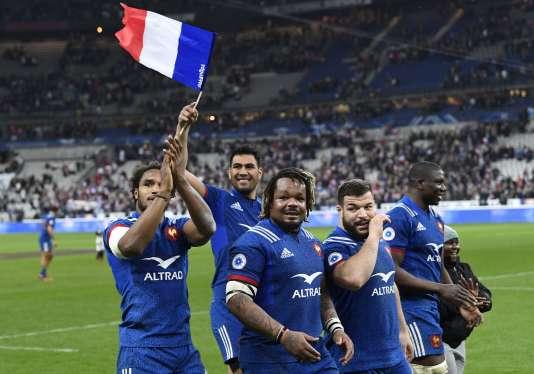 Les Français après leur victoire, à Saint-Denis, samedi 10 mars.
