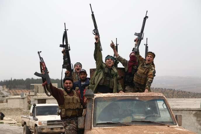 Avancée des forces syriennes soutenues par le gouvernement turc à l'estde la ville de Jinderes (Syrie), le 8 mars.