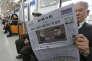 La «une» d'un journal sud-coréen, le 10 mars, dans une rame de métro de Séoul.
