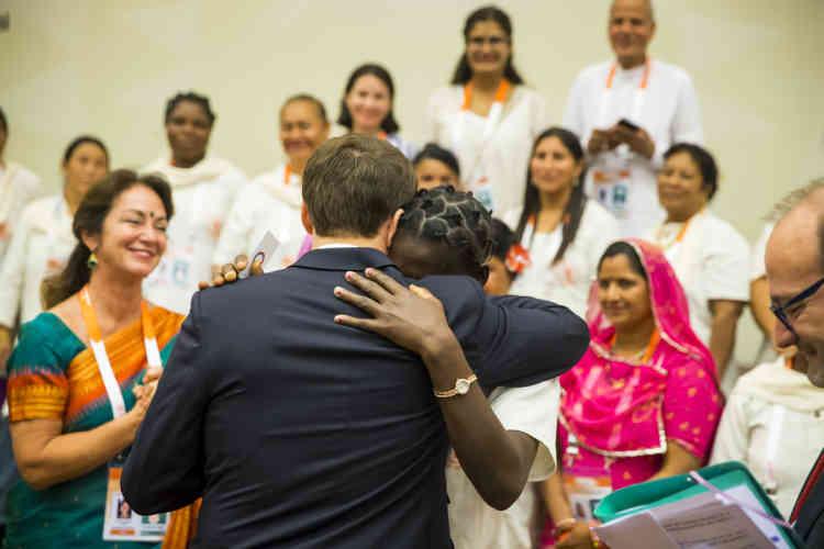 Emmanuel Macron, président de la République en voyage d'Etat en Inde, rencontre les «Solar Mamas».