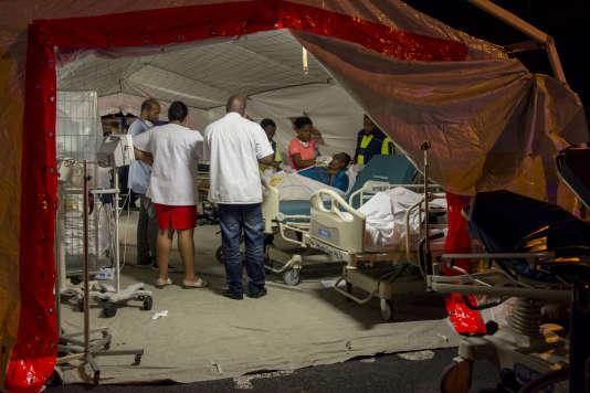 Un patient soigné sous une tente, juste après l'évacuation du CHU à la suite d'un incendie le 28 novembre 2017.