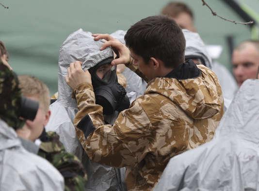 Des militaires britanniques s'équipent avant de travailler sur une zone de l'enquête sur la contamination à l'agent innervant de Sergueï et Youlia Skripal, à Salisbury en Angleterre, le 11 mars.