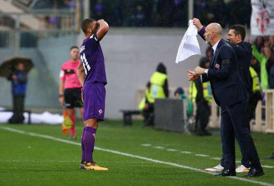 Vitor Hugo saluant un tee-shirt sur lequel se trouve la photo de son ancien capitaine, Davide Astori, le 11 mars 2018.