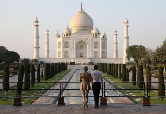 Emmanuel Macron et sa femme Brigitte devant le Taj Mahal, à Agra (Inde) le 11 mars.