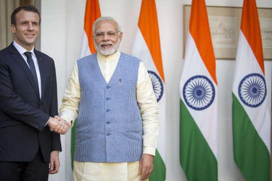 Emmanuel Macron accueilli par le premier ministre indien Narenda Modi à Hyderabad House (New Delhi), le 10 mars.