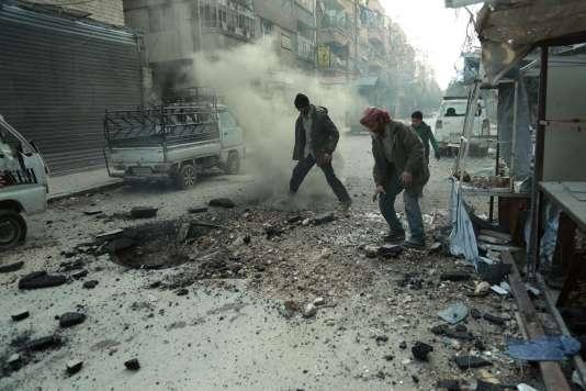 Des habitants de la ville de Douma, dans la Ghouta orientale, inspectent les dégats après un bombardement par les forces syriennes, le 10 mars.