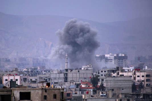 Bombardement par les forces syriennes sur la ville de Harasta, dans la Ghouta orientale, le 10 mars.