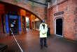 Un agent de police garde l'entrée du pub The Mill, où Sergeï Skripal et sa fille se sont rendus avant de présenter des signes d'empoisonnement, à Salisbury, le 12 mars.