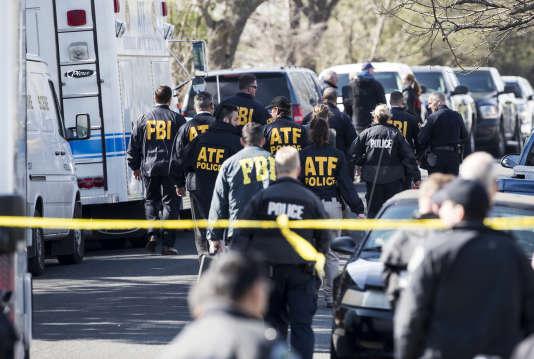 Des enquêteurs sur le lieu des deux explosions, à Austin, lundi 12 mars.