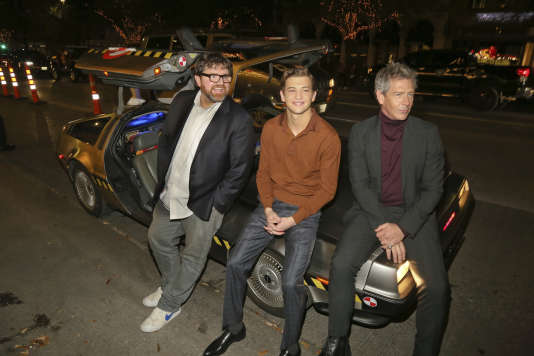 Ernest Cline et les acteurs Tye Sheridan and Ben Mendelsohn, assis sur la DeLorean du romancier lors de la première mondiale de « Ready Player One » au festival South by Southwest d'Austin, Texas.
