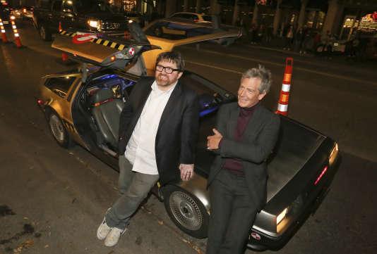 Ernest Cline et Ben Mendelsohn, acteur dans «Ready Player One», assis sur la DeLorean du romancier, à Austin (Texas), le 11 mars 2018.