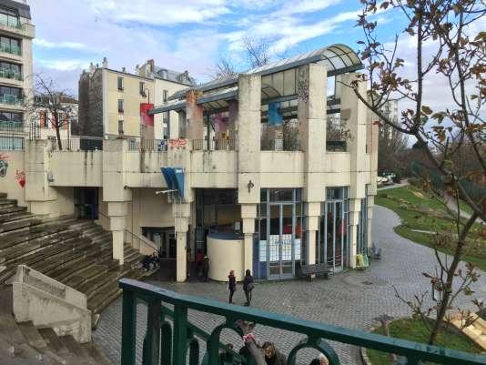 La Halle civique, tiers-lieu dédié à l'expérimentation de nouvelles pratiques de démocratie participative et du débat public, est installée à Belleville, Paris.