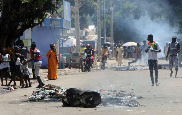 Dans le centre de Conakry, des milliers de Guinéens ont manifesté, lundi 12 mars.