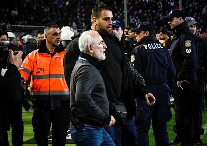Le proprétaire greco-russe du PAOK Salonika, Ivan Savvidis, descend sur le terrain lors d'une rencontre le 11 mars avec ce qui ressemble à un pistolet à la ceinture.